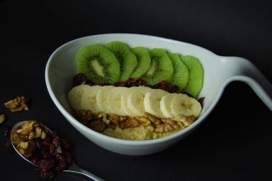 Orzechowo-kokosowa jaglanka z bananem