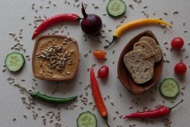 Pasta (hummus) z czerwonej soczewicy z suszonymi pomidorami i pestkami prażonego słonecznika.