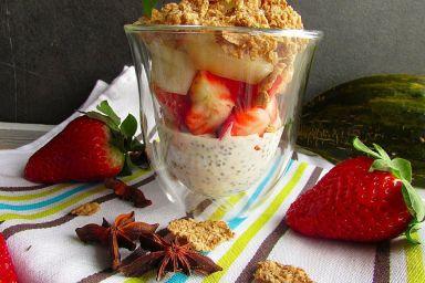 Jogurt z chia z melonem i truskawkami