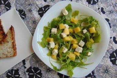 Sałatka z rukolą i mango a także serem feta.