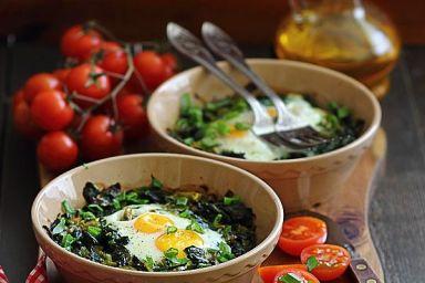 Jajka zapiekane ze szpinakiem i porem