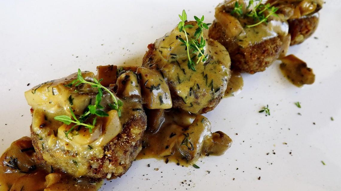 Kotleciki gryczane z mięsem i sosem pieczarkowym