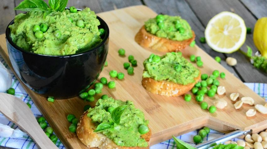 Pasta z zielonego groszku z dodatkiem orzeszków i świeżej bazylii
