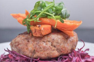 Grillowany burger z udźca indyka  z pieczonymi frytkami z batata i z surówką z czerwonej kapusty z sosem chrzanowo - cytrynowym