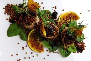 Wątróbką ze śliwkami z sokiem z pomarańczy w naleśniku gryczanym na szpinaku z popcornem i grillowaną pomarańczą