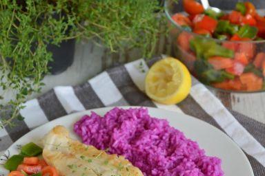 Smażony halibut z warzywną salsą i buraczanym ryżem