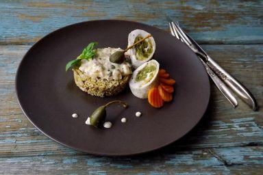 Rolada z indyka z kaszą owsianą i sosem słodko ostrym