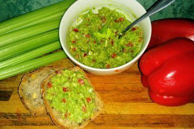 Pasta z avocado z dodatkiem selera naciowego, papryki w towarzystwie cebulki i czosnku