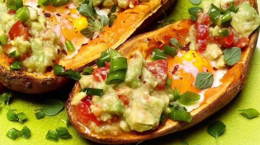 Pieczone bataty z sadzonym jajkiem, avocado i ziołami