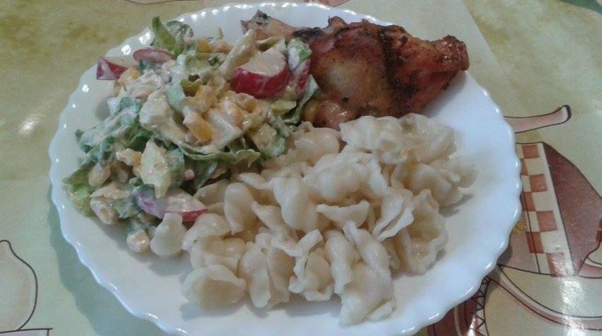 Kurczak z makaronem i sałatką