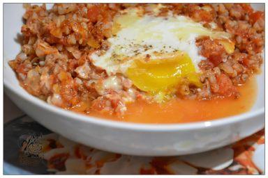 Kasza gryczana w pomidorach zapiekana z jajem