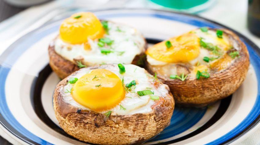 Jajka w grzybach portobello z grzankami