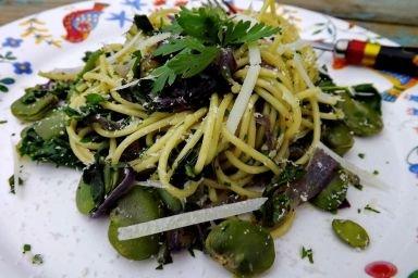 Spaghetti z jarmużem, bobem, zieloną pietruszką i czerwoną cebulą