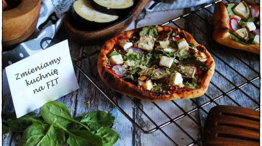 Grillowana pizza z łososiem, szpinakiem i bakłażanem