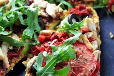 Pizza z kurczakiem i warzywami (z mąki kokosowej, low-carb, zdrowa)