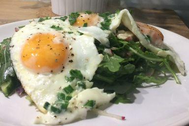 Szybkie jaja na polędwiczce z kurczaka