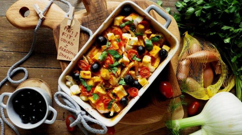 Fenkuł zapiekany z twarogiem i oliwkami w sosie pomidorowym