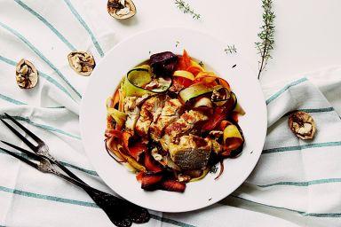 Tagiatelle warzywne z soczystą piersią z kurczaka