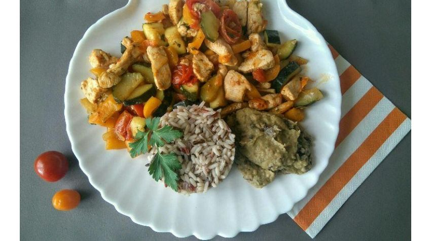 Pierś z kurczaka z warzywami i kolendrą oraz trójkolorowy ryż z sosem z bakłażana