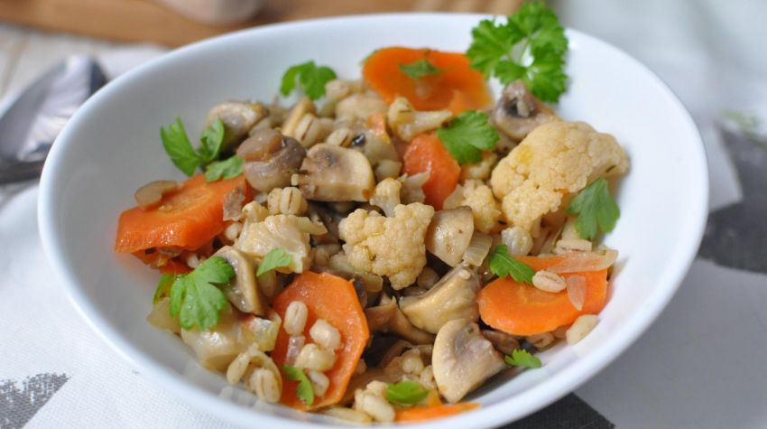 Gulasz warzywny z kaszą pęczak