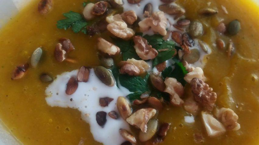 Zupa krem z marchwi i cukinii z chilli prażonymi pestkami dyni orzechami włoskimi i mlekiem kokosowym 85%