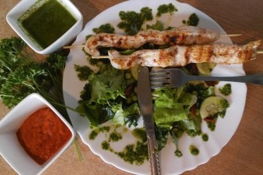 Lekka zielona sałatka z pietruszkowym pesto i szaszłykiem z indyka