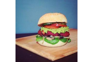 Wegeburger z buraków z puree z zielonego groszku