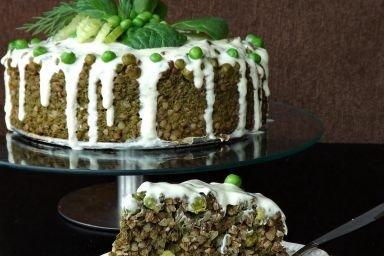 Tort FIT z kaszy gryczanej, selera naciowego, szpinaku i groszku