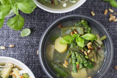 Zupa z groszku cukrowego i szparagów z dodatkiem orzechów pinii