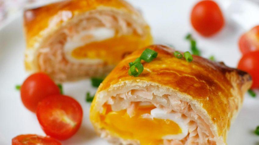 Jajka z łososiem w cieście francuskim