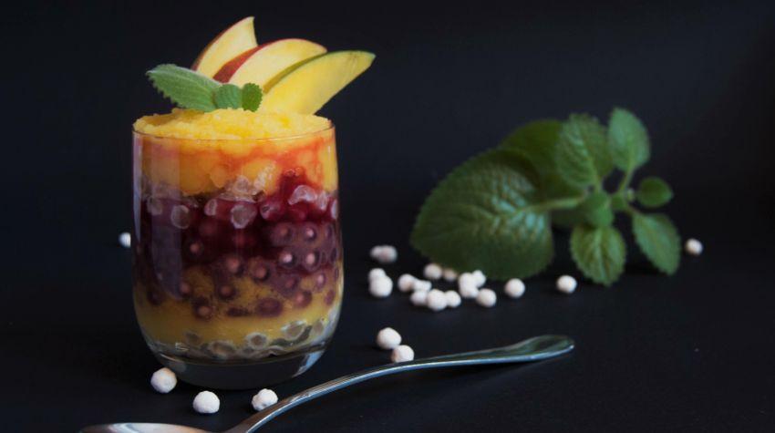 Porzeczkowy deser z tapioki z musem z mango