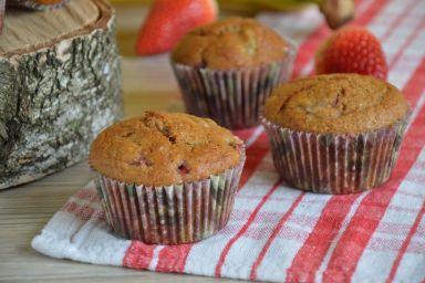 Muffinki razowe z truskawkami i bananami