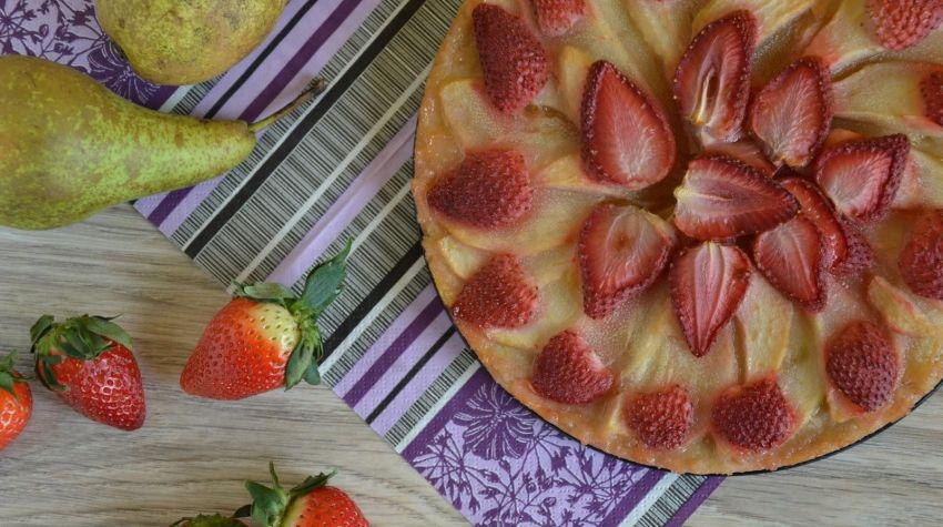 Ciasto jaglane z gruszkami i truskawkami