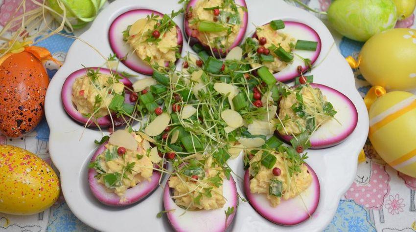 Różowe jajka faszerowane żółtym serem i szczypiorkiem