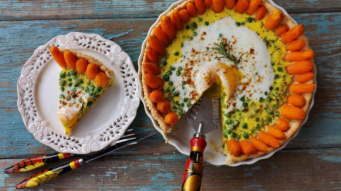 Jajeczna tarta z groszkiem i marchewką