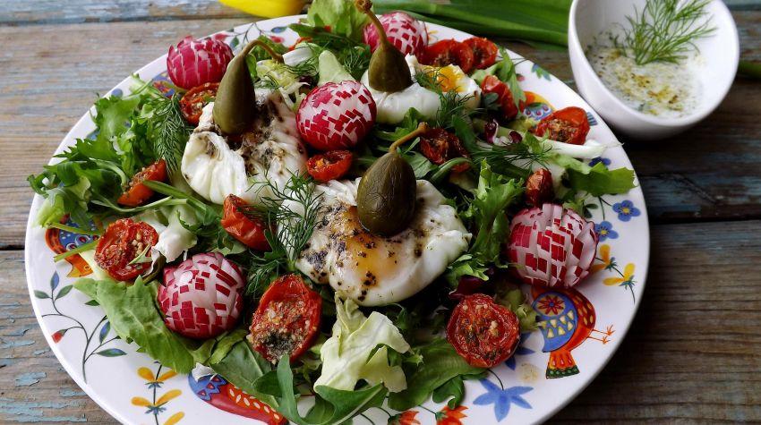 Wiosenna sałata z sakiewkami z jajek i podsuszonymi pomidorkami