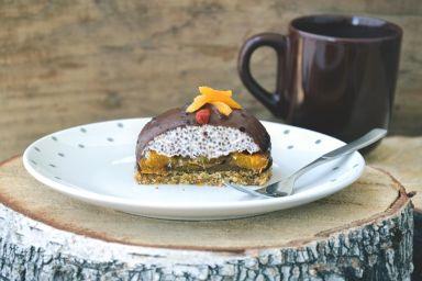 Delikatny piankowy deser z chia i morelami na orzechowo-migdałowym spodzie