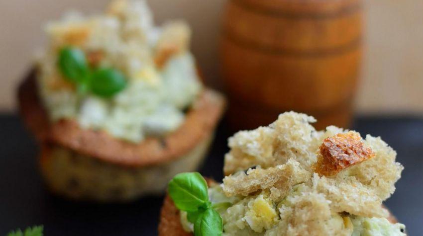 Chlebowe babeczki z pastą jajeczną i awokado