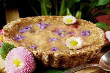 Bakaliowa tarta z rabarbarowym nadzieniem i fiołkami