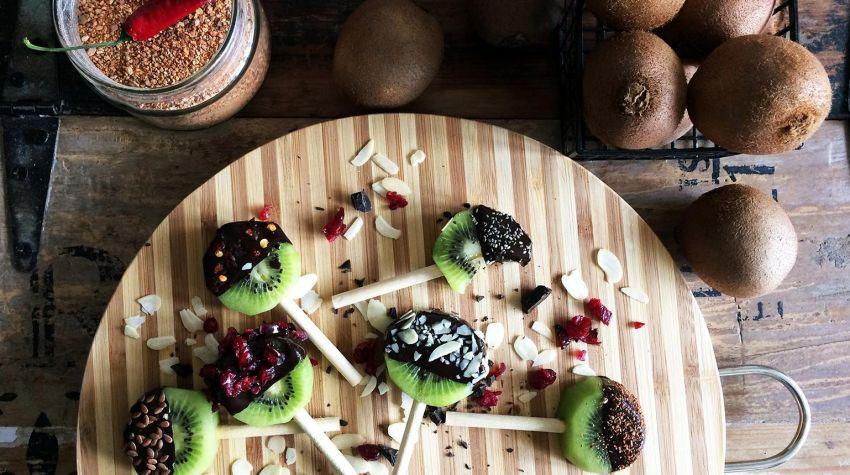 Lody z kiwi w polewie czekoladowej