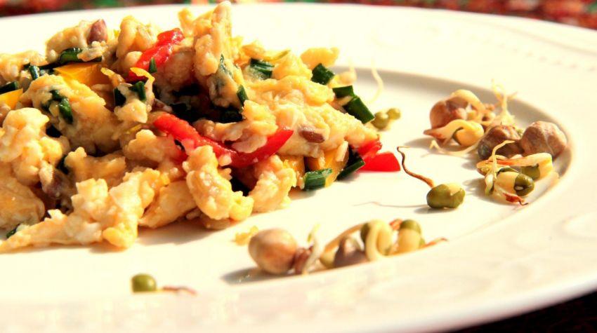 Jajecznica na maśle ze szczypiorkiem, kiełkami oraz świeżą papryką