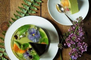 Deser Fit z zielonego groszku z miętowo - kwiatową galaretką