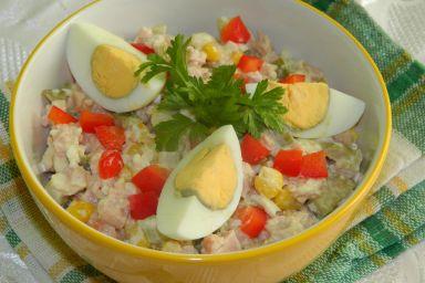 Kolorowa sałatka z jajkami