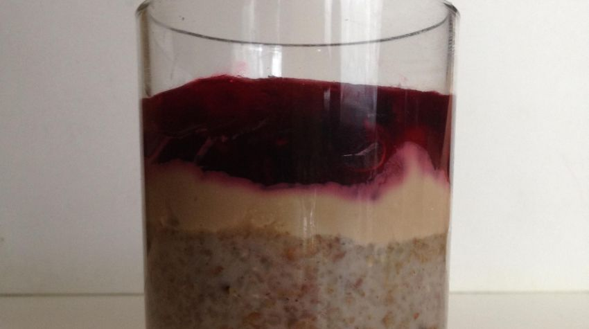 Żytni pudding z kremem twarogowo-melasowym i kwaśną frużeliną