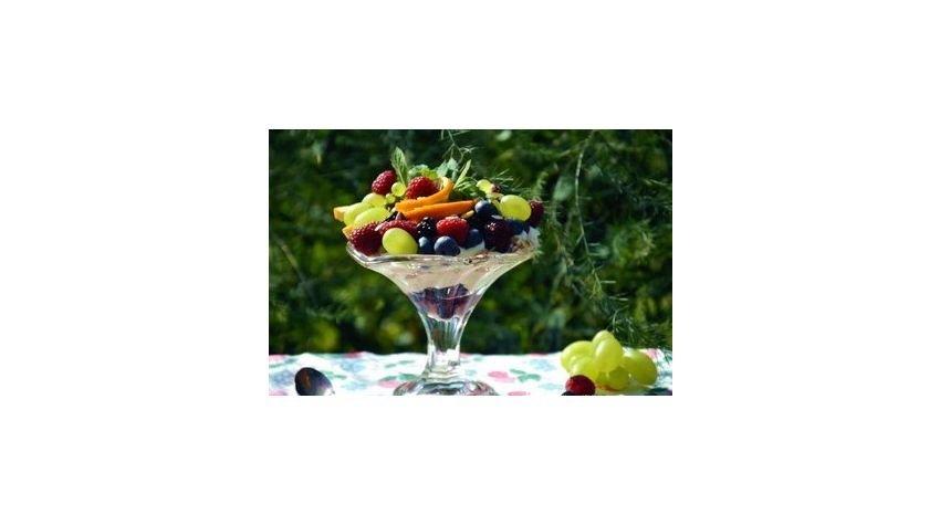 pyszny deser dietetyczny jogurtowy z owocami i musli.