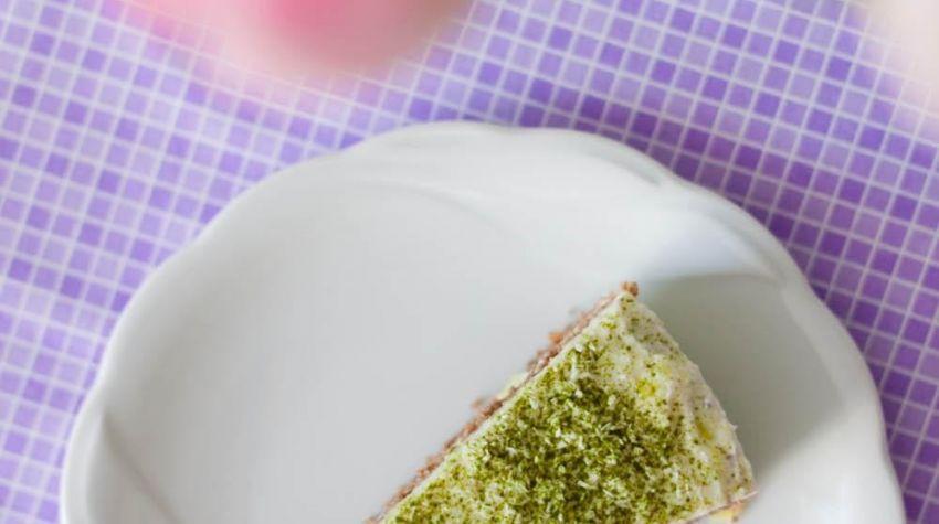 Lekki tort orkiszowy z karobem, młodym jęczmieniem i kremem cytrynowym (bez cukru)