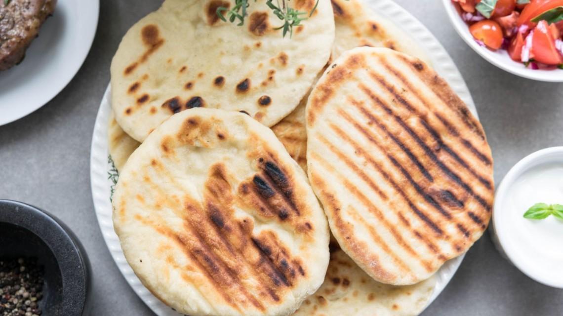 Indyjski chlebek Naan pieczony na grillu