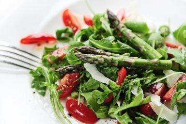 Wiosenna sałatka ze szparagami i kozim serem