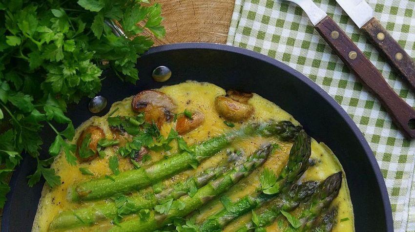 Omlet z zielonymi szparagami i pieczarkami