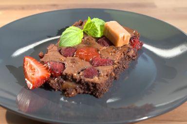 Krówkowe brownie z malinami i miętą oraz sos truskawkowy od Gosi Leśniarek